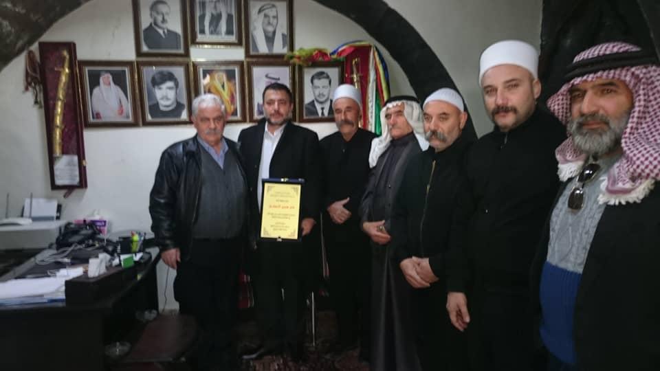 """Photo of درع تكريمي من مشايخ الجولان المحتل للأمير """"لؤي الأطرش"""" بدار عرى"""