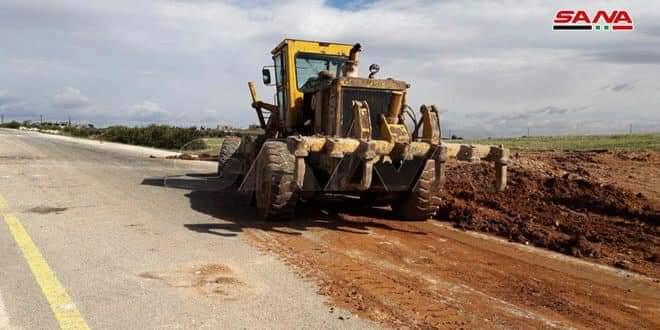 Photo of Removing barricades on Hama-Aleppo highway between Khan Sheikhoun, Maarat al-Numan