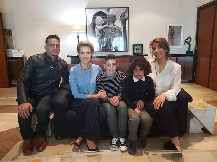 Photo of السيدة الأولى أسماء الأسد تكرم الطفل فارس هنيدي مخترع الكرسي المتحركة لرفيقه