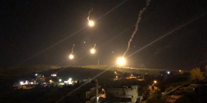 الاحتلال الإسرائيلي يُلقي قنابل مضيئة فوق جنوب لبنان