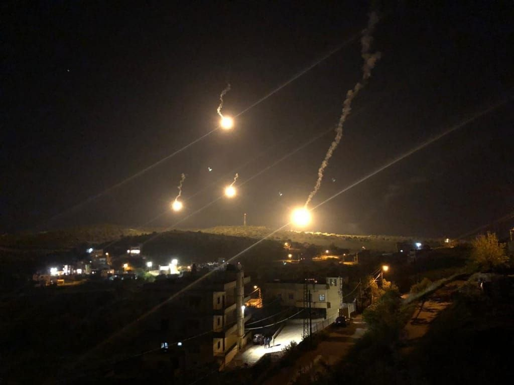 Photo of الاحتلال الإسرائيلي يُلقي قنابل مضيئة فوق جنوب لبنان