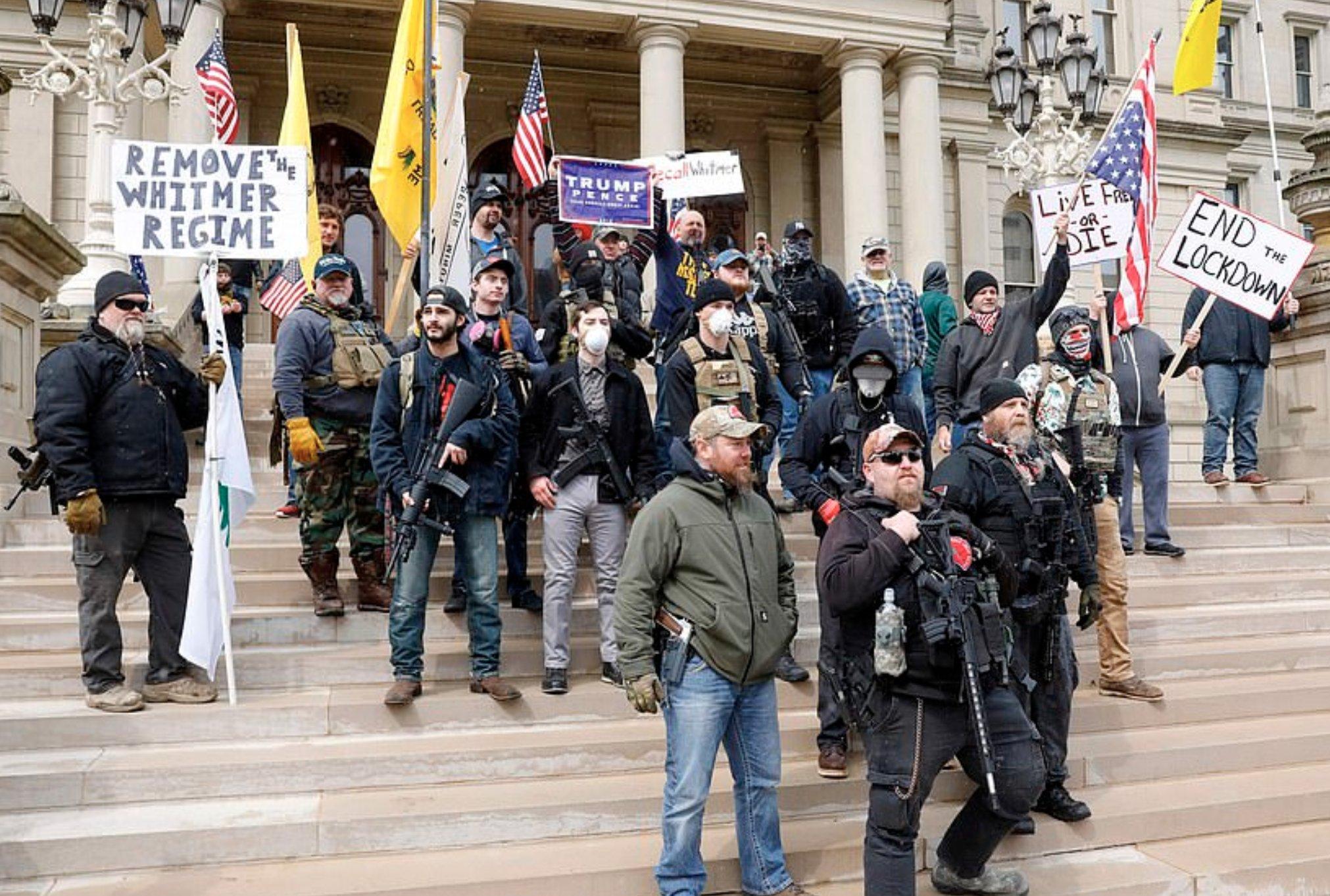 Photo of مظاهرة مُسلحة تجتاح شوارع ولاية أمريكية(صور)