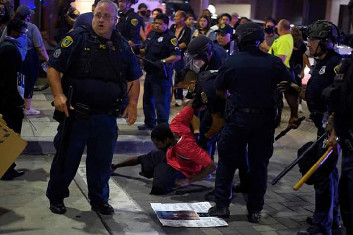 Photo of US police continues using violence to break up anti-racism protests