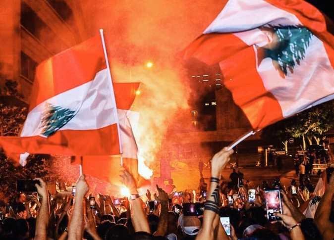 Photo of لبنان.. مظاهرات ليلية احتجاجاً على الوضع الاقتصادي