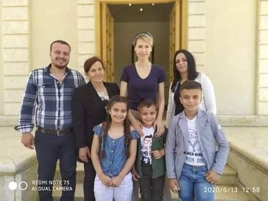 Photo of قدم خدمة الحلاقة مجاناً للجرحى فألتقته السيدة أسماء الأسد