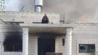 Photo of فلسطينية تهدد بالسلاح بعد احراق منزل قاتل نجليها و عمهما