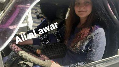 Photo of الشابة اليسار عصام عبد الخالق…أول سائق سرفيس عمومي في السويداء