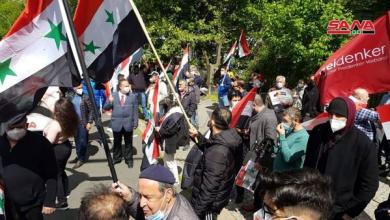Photo of وقفة وطنية للمغتربين السوريين في ألمانيا احتجاجاً على منع الحكومة الألمانية إجراء الانتخابات الرئاسية في السفارة في برلين.