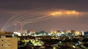 Photo of صواريخ على تل أبيب وإصابة مباشرة لمبنى في الرملة
