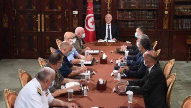 Photo of الرئيس التونسي يعفي رئيس الوزراء من منصبه ويجمد سلطات البرلمان