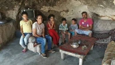 Photo of عائلة سورية تسكن في كهف بريف طرطوس