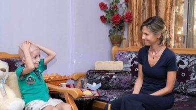 Photo of السيدة أسماء الأسد تزور الطفل مرتضى كينار الخاضع لعملية زرع خلايا جذعية